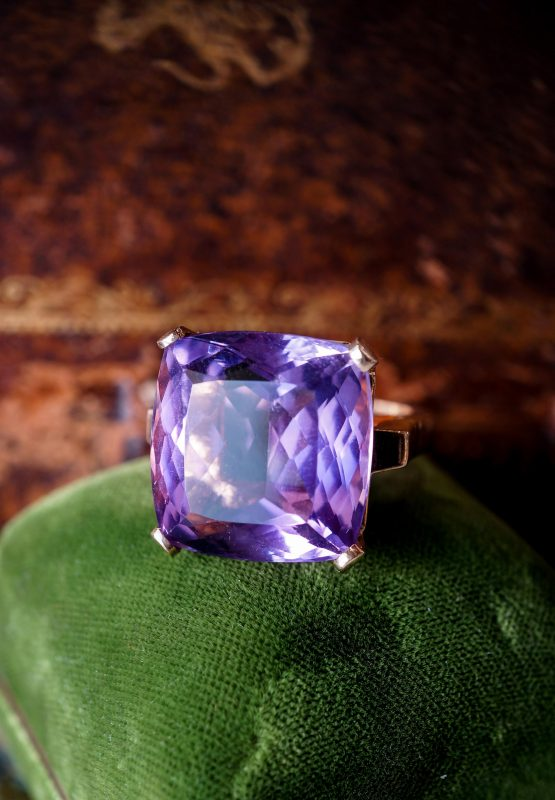 Large Amethyst Cocktail Ring 23 Carats in Yellow Gold